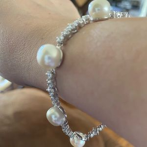 Beautiful Pearl/cubic zirconia (diamond) bracelet